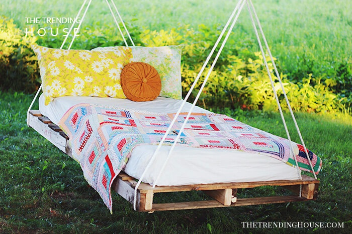 Delightful and Dreamy Swinging Pallet Bed